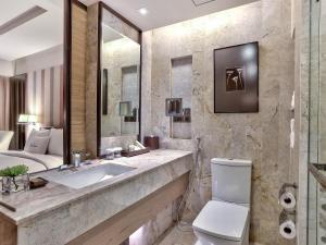 A bathroom at DoubleTree by Hilton Sukhumvit Bangkok
