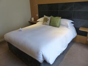 A bed or beds in a room at Hebasca