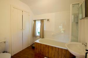 A bathroom at Magherally Cottage
