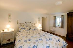 A bed or beds in a room at Magherally Cottage