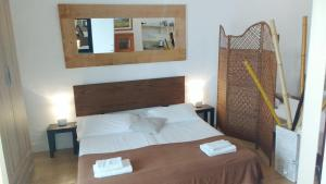 A bed or beds in a room at Rustic Loft Puerto