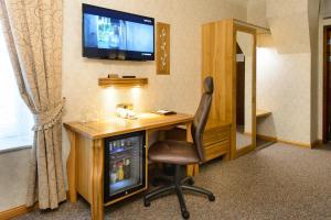 Televiisor ja/või meelelahutuskeskus majutusasutuses Georgi Hotell