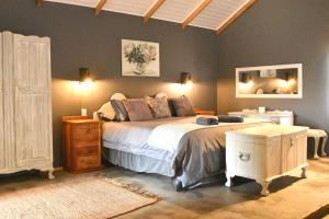 A bed or beds in a room at Berghouse and Cottages
