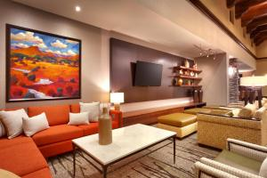 A seating area at Courtyard by Marriott Sedona