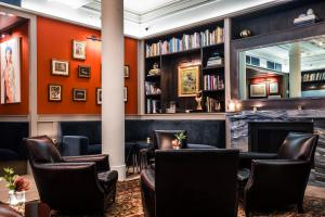 The lounge or bar area at HGU New York