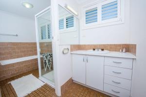 A bathroom at Oscar's at Little Beach - Nelson Bay