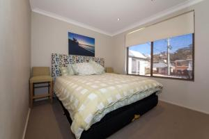 A bed or beds in a room at Alcheringa Unit 3 & 4, 32 Sandy Point Road