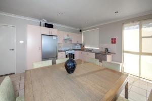 A kitchen or kitchenette at Alcheringa Unit 3 & 4, 32 Sandy Point Road