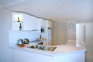 A kitchen or kitchenette at Bayview Apartments, Unit 7/42 Stockton Street