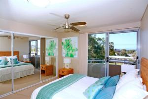 A bed or beds in a room at Bayview Apartments, Unit 7/42 Stockton Street