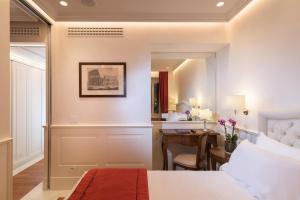 A kitchen or kitchenette at Hotel Degli Artisti