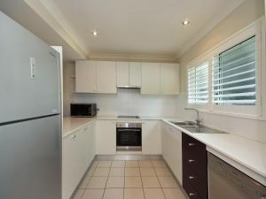 A kitchen or kitchenette at Pacific Blue Townhouse 358, 265 Sandy Point Road