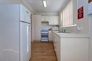 A kitchen or kitchenette at Sandcastles, 2/23 Robinson Street