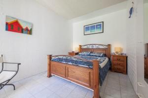 A bed or beds in a room at Villa Ellisa, Unit 1/10 Columbia Close