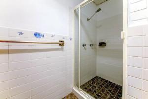 A bathroom at Villa Ellisa, Unit 1/10 Columbia Close