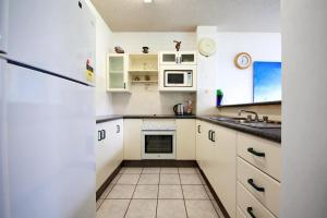 A kitchen or kitchenette at Villa Ellisa, Unit 1/10 Columbia Close