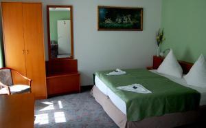 Ein Bett oder Betten in einem Zimmer der Unterkunft Hotel Am Markt