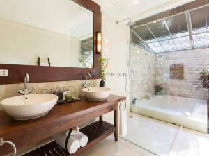 A bathroom at Villa Waimarie