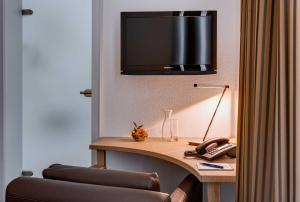 A television and/or entertainment center at Hotel Hofgut Sternen