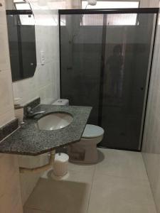 A bathroom at Lindo e espacoso apartamento - Aracaju