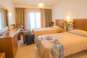Een bed of bedden in een kamer bij Ariadne Beach Hotel