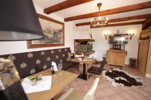 Ein Sitzbereich in der Unterkunft Hotel Strasser