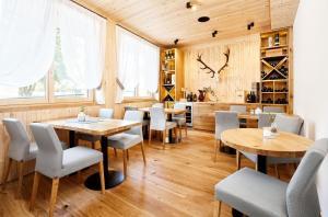 Ein Restaurant oder anderes Speiselokal in der Unterkunft Hotel Gretina