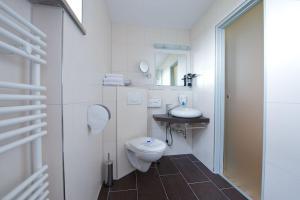 Ein Badezimmer in der Unterkunft Hotel zur Riss