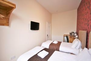 A bed or beds in a room at Central Studios Gloucester Place by Roomsbooked