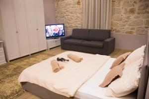A television and/or entertainment centre at Apartmens Melisa