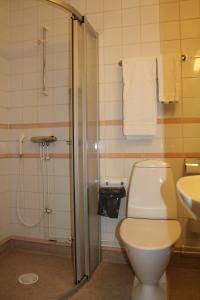 Ett badrum på Värdshuset Glada Hudik