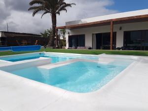 The swimming pool at or near Hotelito Rural Flor de Timanfaya