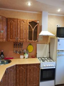 Кухня или мини-кухня в Apartment on Leningradskiy 5