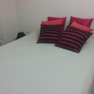 Cama ou camas em um quarto em Comfort Guarujá Enseada Apartment