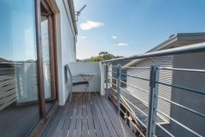 A balcony or terrace at Beloka Close - Modern, spacious, and pet friendly accommodation