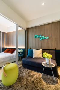 Uma área de estar em Azure Urban Beach Resort Manila by Radlett