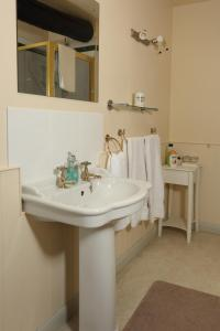 A bathroom at The Barns Country Guesthouse