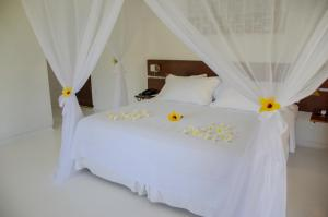 A bed or beds in a room at Villa dos Corais