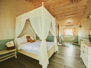河岸森林農莊房間的床