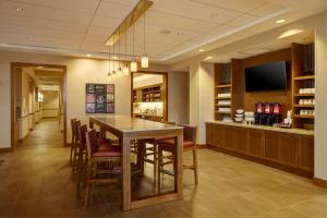 A restaurant or other place to eat at Hyatt Place New York Yonkers