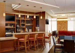 The lounge or bar area at Hyatt Place New York Yonkers