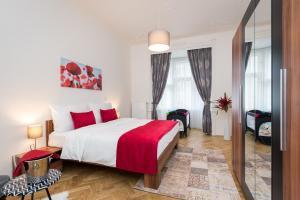 Кровать или кровати в номере Love to Live Apartments