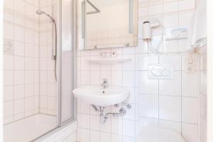 A bathroom at Hotel Bayernland