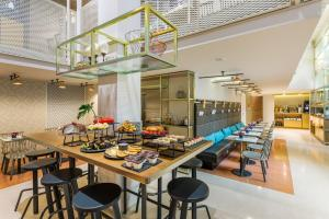 A restaurant or other place to eat at Room Mate Giulia