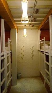 Ein Etagenbett oder Etagenbetten in einem Zimmer der Unterkunft Baan Mai Kradan Hostel Chiang Rai