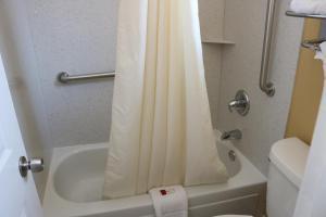 A bathroom at Kingsway Inn Corsicana