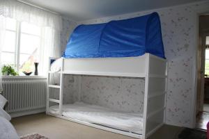 Våningssäng eller våningssängar i ett rum på Fagerlid Gård