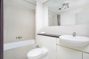 A bathroom at Two Bedroom Apartment Napier Street II(AX301)
