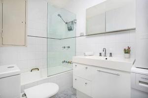 A bathroom at Two Bedroom Apartment Bridge Street(CL405)