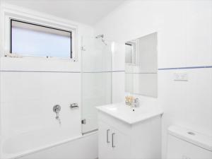 A bathroom at Two Bedroom Apartment Botanic Road(BOT01)